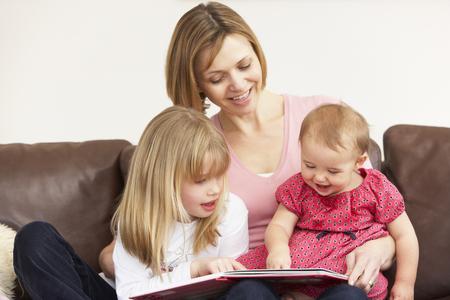 Mor og barn leser