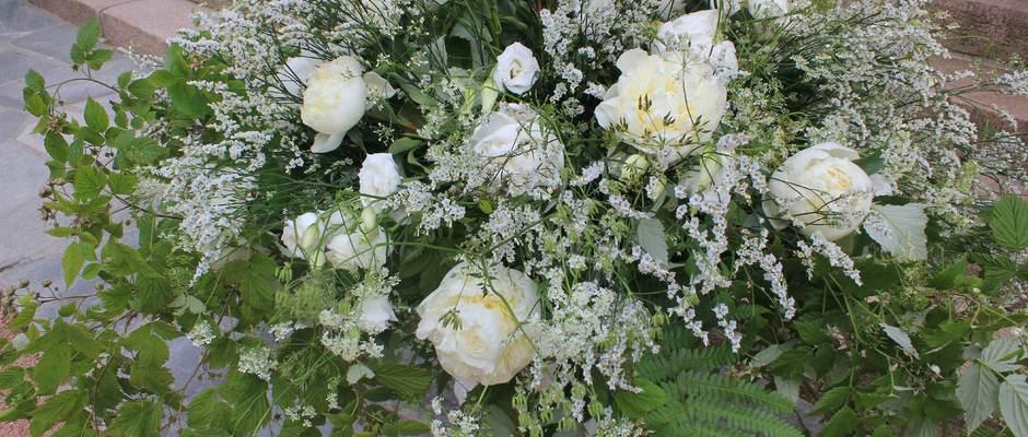 Finn Schjøll forside 1 dekorasjon med hvite peoner lissianthus og bringebærgrener[1]