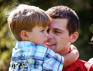 Gutt på armen til far