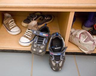 Mange sko i skohylle