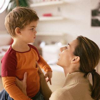 Kommunikasjon - liten gutt og voksen