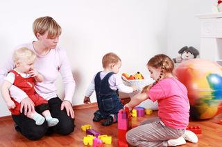 Barn i barnehage med voksen