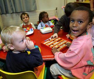 Barn rundt matbord