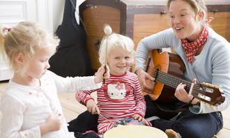 Barnehagelærer med gitar