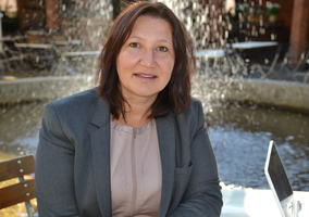 Portrettbilde Lena (FUB-leder) foran fontene
