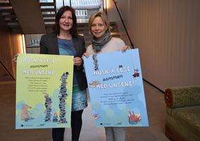 Lena Jensen og Åse-Berit Hoffart med leseplakater