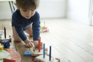 Gutt leker på gulvet