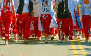 Bilde av buksene til mange russ som masjerer