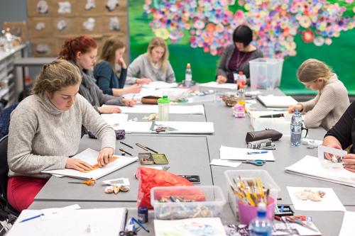 Elever i arbeid med grønn bakgrunn_500x333.jpg