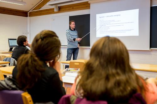 Lærer ved tavle pluss 3 elever_500x333.jpg