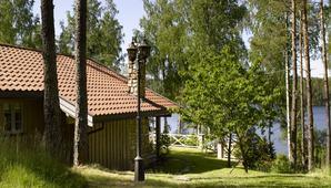 Hytte Marker innlandshytte ved sjø, IFI oppusingssak lyst interiør fine uteplasser