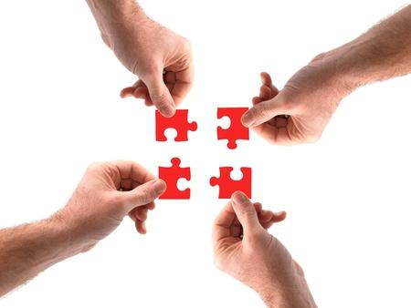 Fire hender i puslespill