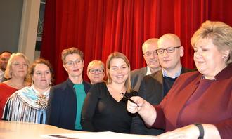 Erna Solberg og partnerne signerer