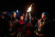 To jenter holder OL-fakkelen