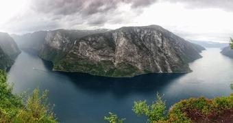 Panoramautsikt frå Beitelen. Nærøyfjorden t.v, og ytre Aurlandsfjorden t.h