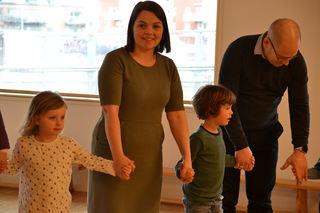 FUB-leder Marie Skinstad-Jansen i ringlek på Barnehagedagen 2017