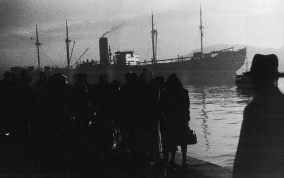 Oslo 19421126. Det tyske skipet Donau tok 530 norske jøder til utryddelsesleirene.Jødene ble kjørt til Oslo havn med drosjer, jernbanevogner og lastebiler. Mennene kom i jernbanevogner ( kuvogn ) fra  Berg fangeleir utenfor Tønsberg, der de hadde vær