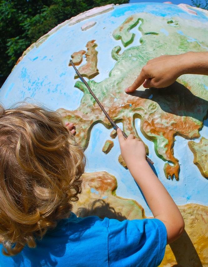 BUA barn med globus.jpg