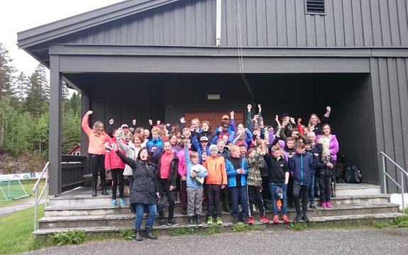 Bilde av elevene ved Eggedal skole etter seieren på skoleskogdagen 2017
