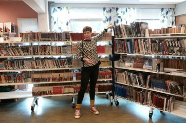 Kristine Norberg demonstrerer tilrettelegging av biblioteklokalet i Hyllestad.
