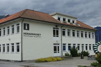 Heradshuset får ny fasade mot aust