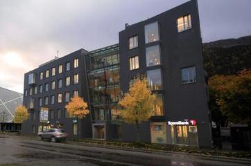 Fylkesbiblioteket er eigen institusjon under Sogn og Fjordane fylkeskommune, og samlokalisert med m.a. kulturavdelinga, midt i Førde sentrum i Storehagen Atrium.
