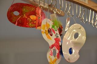 Masker som henger i barnehagen