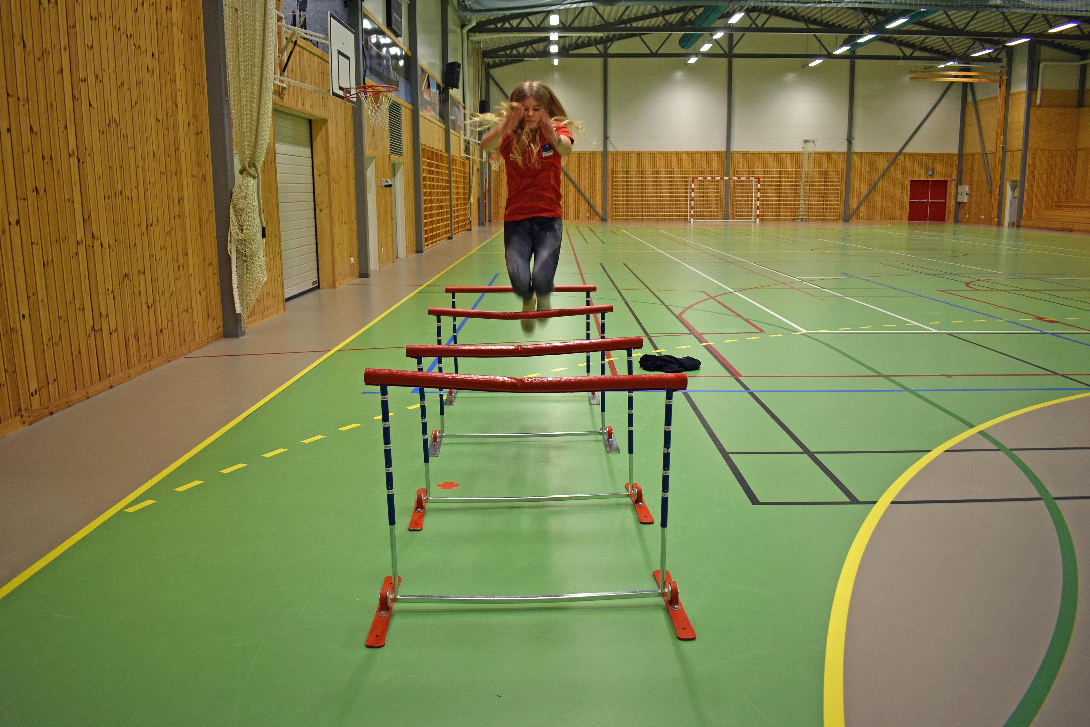 Karoline Jæger over hekk front.jpg