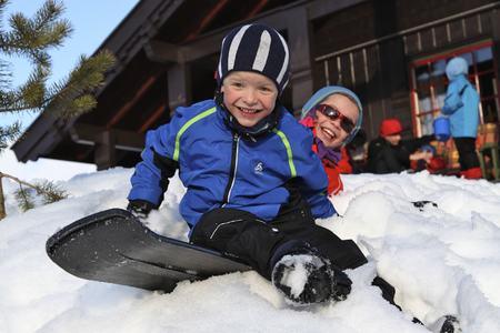 Hannah og Hallvard - lek i snø