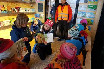 Lesestund ved Marthe Holien Bøe og Ann-Kristin Hovstad på dagsturhytte for barnehagebarn