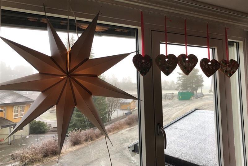 hjerter og stjerner i vindu.jpg