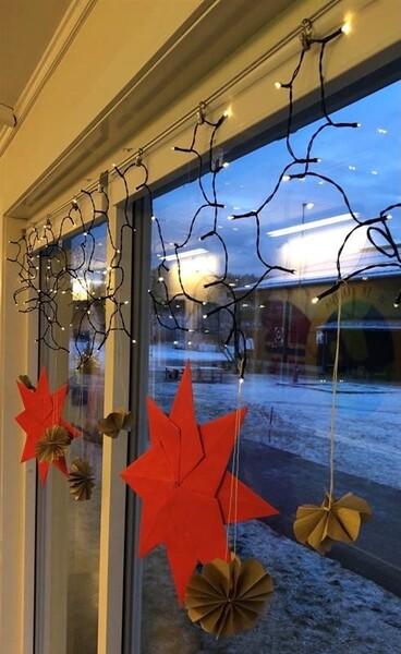 Røde juletjerner i vindu