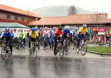 Starten unden fjorårets Tour De Sirdal. Første rad, nr 2 i fra venstre (i gul ledertrøye) er nylig jr.landslagsuttatte Karoline Birkeland - som forøvrig vant i fjor.
