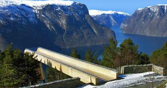 Aurland er kjend for utsiktspunktet Stegastein på Nasjonal turistveg
