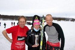 Tora Berger med Kongepokalen. Til venstre vår fotograf og SWIX-representant, supersmører Ole Bjørn Tretterud.
