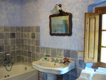 gelso_batroom-with-tub.jpg