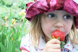 Jente med jordbær