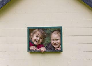 To barn titter ut av et vindu