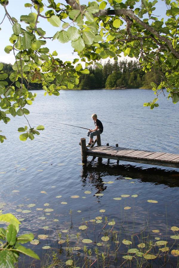 En gutt som sitter og fisker