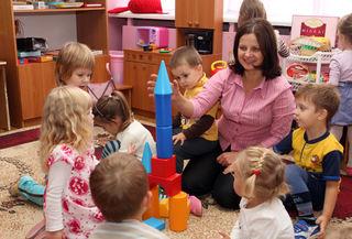 Pedagog bygger klosser med barn