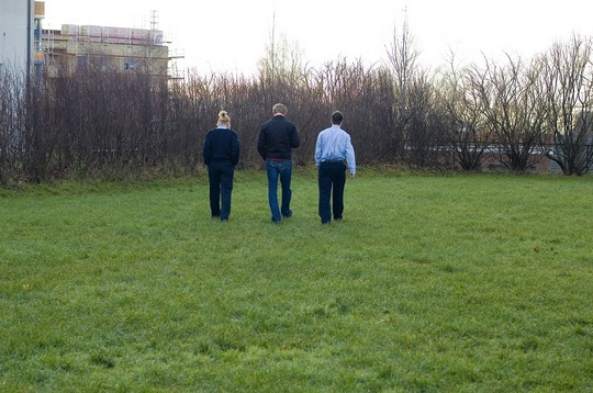tre gående bakfra ute