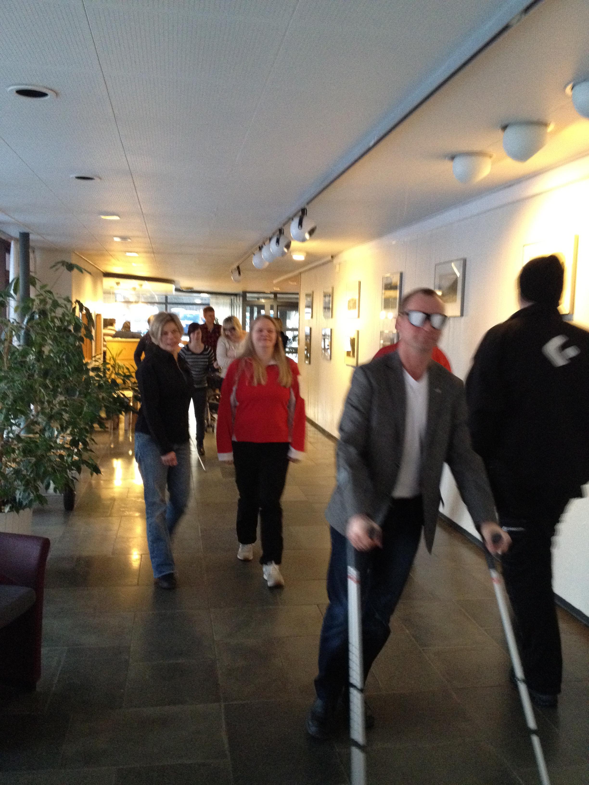 Varaordfører Ronny Berg på krykker og med briller for nedsatt syn.