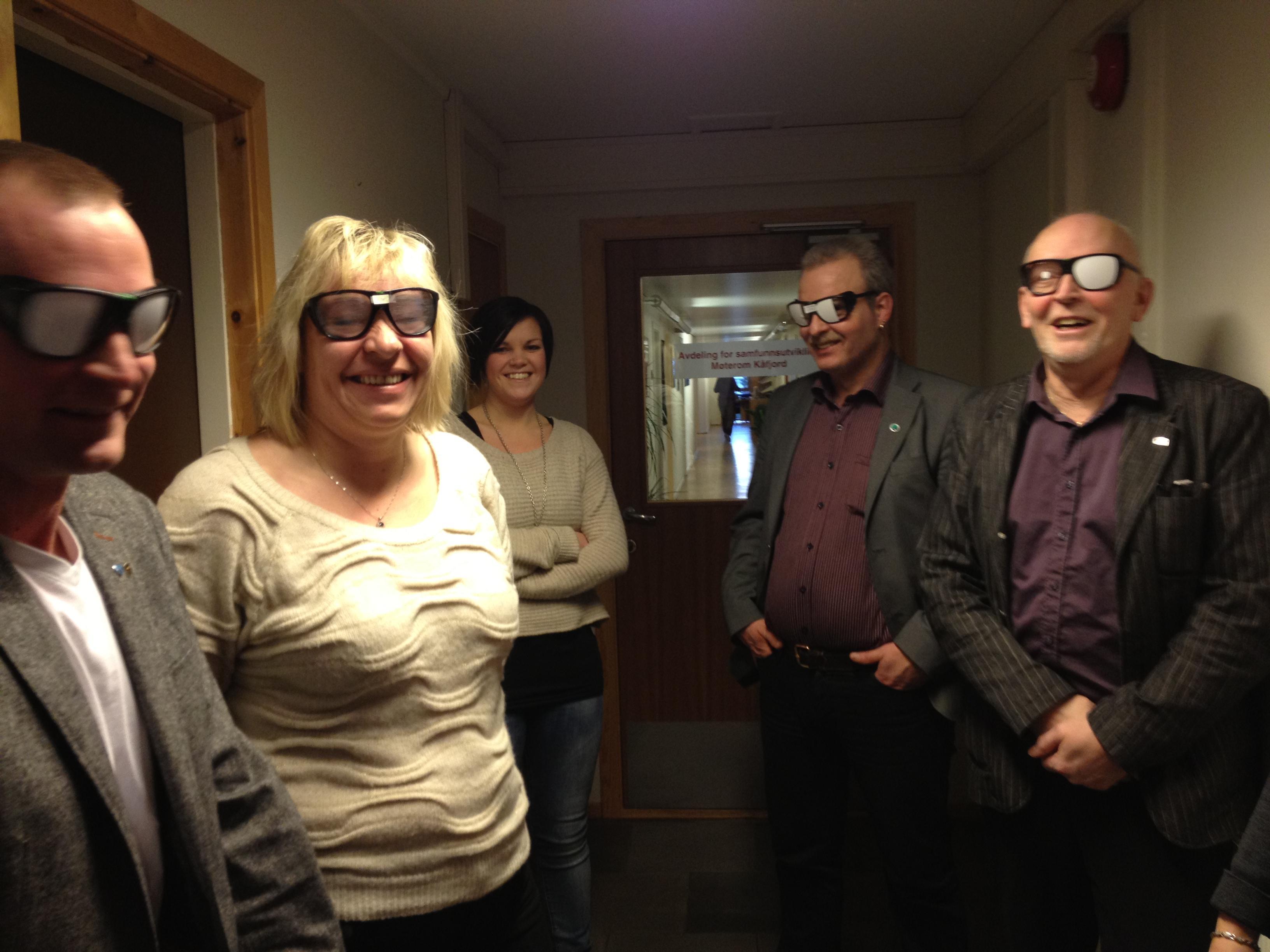 Altapolitikere med briller for ulike synsnedsettelser.