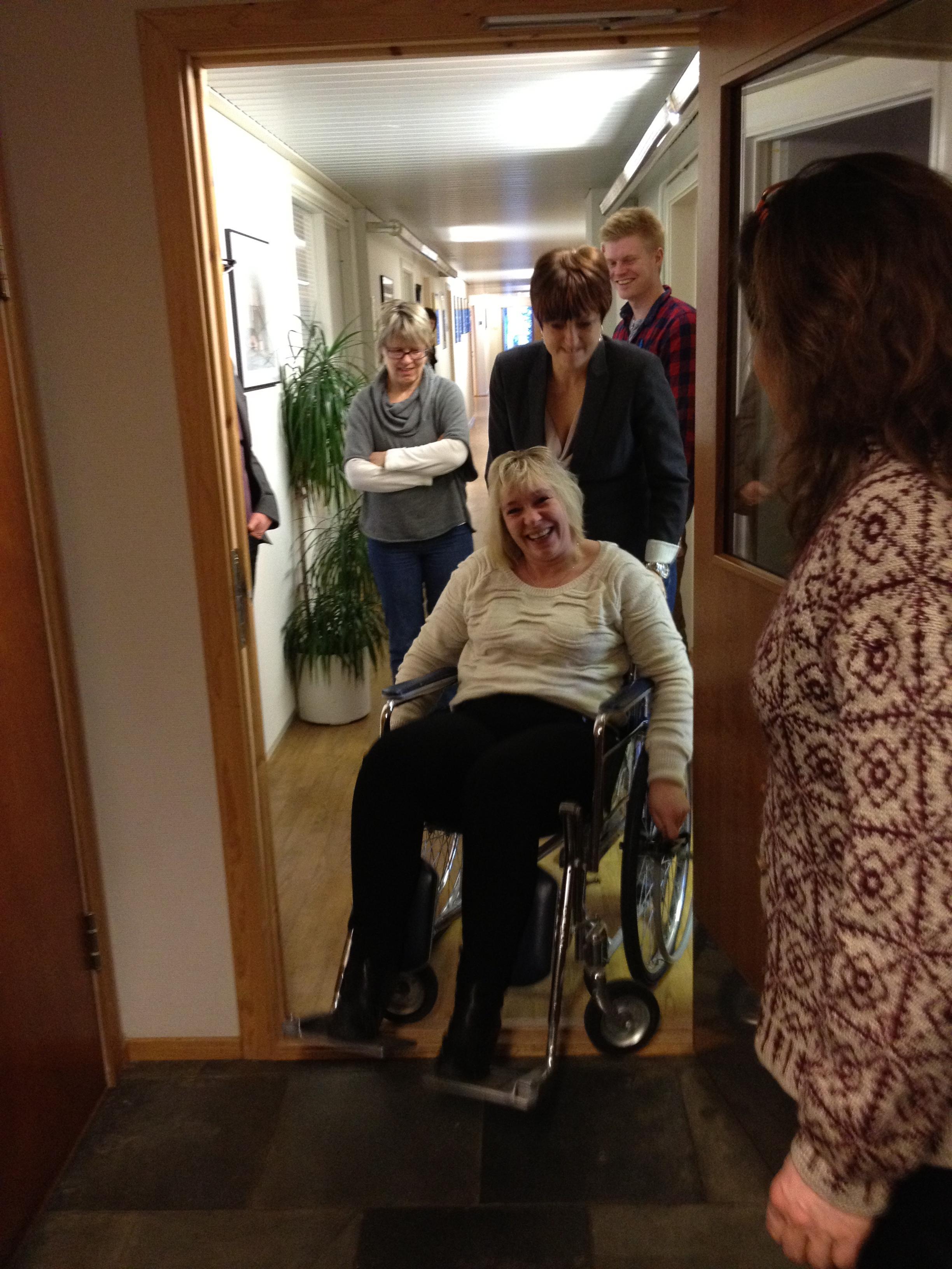 Hovedutvalgsleder Rut Olsen må ha hjelp over dørstokken i rullestol.