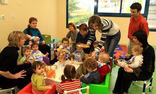 Mange barn og voksne i barnehagen