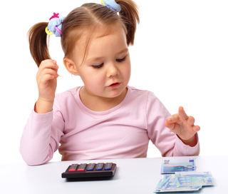 Jente med kalkulator og penger