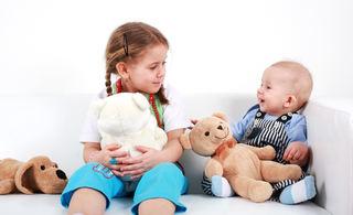 Søskenpar - jente og baby