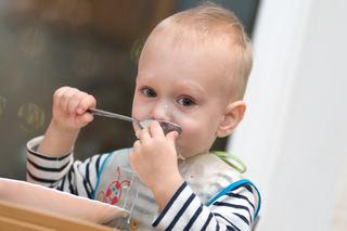 Liten gutt spiser