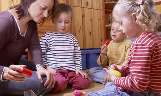 Voksen med barn på gulvet