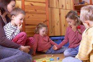 Barn og voksen spiller spill i gruppe